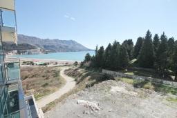 Вид на море. Черногория, Бечичи : Апартамент с просторной гостиной, тремя спальнями, двумя балконами и видом на море