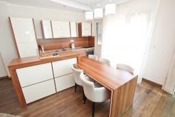 Кухня. Черногория, Бечичи : Апартамент с просторной гостиной, двумя спальнями и балконом с видом на море.