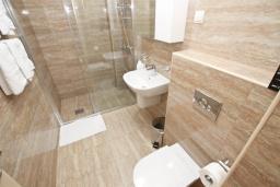 Ванная комната. Черногория, Бечичи : Апартамент с просторной гостиной, двумя спальнями и балконом с видом на море.