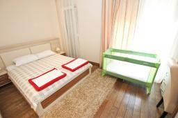 Спальня 2. Черногория, Бечичи : Апартамент с просторной гостиной, двумя спальнями и балконом с видом на море.