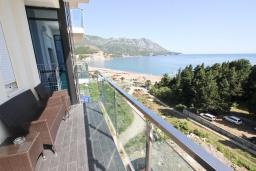 Балкон. Черногория, Бечичи : Апартамент с просторной гостиной, двумя спальнями и балконом с видом на море.