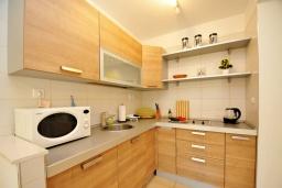 Кухня. Черногория, Ораховац : Двухэтажная вилла в 20 метрах от моря с зеленым двориком, с большой гостиной, двумя отдельными спальнями и двумя ванными комнатами