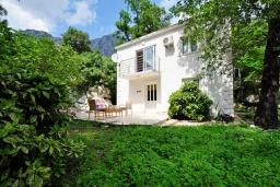 Фасад дома. Черногория, Ораховац : Двухэтажная вилла в 20 метрах от моря с зеленым двориком, с большой гостиной, двумя отдельными спальнями и двумя ванными комнатами