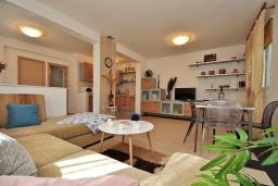 Гостиная. Черногория, Ораховац : Двухэтажная вилла в 20 метрах от моря с зеленым двориком, с большой гостиной, двумя отдельными спальнями и двумя ванными комнатами