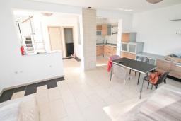 Продается двухэтажная вилла в 20 метрах от моря, в Ораховац. 90м2, гостиная, 2 спальни, 2 ванные комнаты, гараж. Цена - 395'000 Евро.  в Ораховце