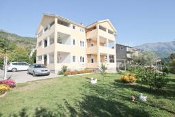 Продается трехэтажный дом в Тивате, Мрчевац. 399м2, 7 спален, 6 ванных комнат, участок 705м2, 600м до моря. Цена - 1'600'000 Евро. в Мрчеваце