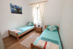 Спальня 2. Черногория, Герцег-Нови : Апартамент в 20 метрах от моря, с большой гостиной и двумя отдельными спальнями