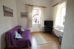 Гостиная. Черногория, Герцег-Нови : Апартамент в 20 метрах от моря, с большой гостиной и двумя отдельными спальнями