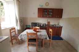 Кухня. Черногория, Герцег-Нови : Апартамент в 20 метрах от моря, с большой гостиной и двумя отдельными спальнями