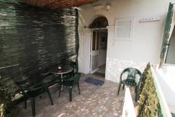 Терраса. Черногория, Герцег-Нови : Апартамент в 20 метрах от моря, с большой гостиной и двумя отдельными спальнями