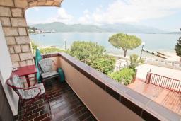Черногория, Баошичи : Апартамент в 10 метрах от пляжа, с балконом и шикарным видом на море, с тремя отдельными спальням и двумя ванными комнатами