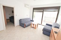 Гостиная. Черногория, Рафаиловичи : Апартамент в 50 метрах от моря, с просторной гостиной и отдельной спальней