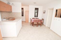 Обеденная зона. Черногория, Рафаиловичи : Апартамент в 50 метрах от моря, с просторной гостиной и отдельной спальней