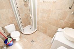 Ванная комната. Черногория, Рафаиловичи : Апартамент в 50 метрах от моря, с просторной гостиной и отдельной спальней