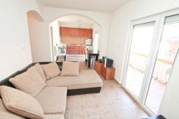 Гостиная. Черногория, Прчань : Апартамент 100 метров до моря, с большой гостиной, двумя отдельными спальням и двумя ванными комнатами, с большим балконом, для 4-5 человек