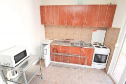 Кухня. Черногория, Прчань : Апартамент 100 метров до моря, с большой гостиной, двумя отдельными спальням и двумя ванными комнатами, с большим балконом, для 4-5 человек