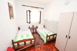 Спальня. Черногория, Обала Джурашевича : Апартамент в 30 метрах от пляжа, с тремя отдельными спальнями, с террасой и видом на море