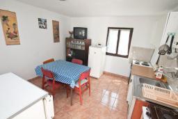 Кухня. Черногория, Обала Джурашевича : Апартамент в 30 метрах от пляжа, с тремя отдельными спальнями, с террасой и видом на море