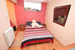 Спальня. Черногория, Петровац : Апартамент с двумя гостиными, тремя отдельными спальнями, двумя ванными комнатами, террасой