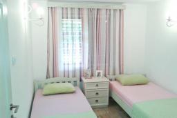 Спальня. Черногория, Столив : Этаж дома в Которе (Столив), с 2-мя отдельными спальнями, с большой гостиной, с зеленым двориком, с террасой, стиральная машина, Wi-Fi, несколько парковочных мест, 100 метров до пляжа.