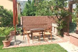 Терраса. Черногория, Столив : Этаж дома в Которе (Столив), с 2-мя отдельными спальнями, с большой гостиной, с зеленым двориком, с террасой, стиральная машина, Wi-Fi, несколько парковочных мест, 100 метров до пляжа.