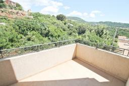 Балкон. Черногория, Утеха : Вилла в 100 метрах от пляжа, с гостиной, четырьмя отдельными спальнями, четырьмя ванными комнатами, местом для барбекю и парковкой.