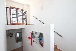 Коридор. Черногория, Утеха : Вилла в 100 метрах от пляжа, с гостиной, четырьмя отдельными спальнями, четырьмя ванными комнатами, местом для барбекю и парковкой.