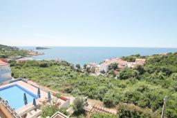 Вид на море. Черногория, Утеха : Вилла в 100 метрах от пляжа, с гостиной, четырьмя отдельными спальнями, четырьмя ванными комнатами, местом для барбекю и парковкой.