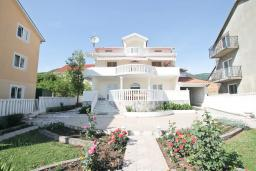 Фасад дома. Продается трехэтажный дом в Тивате, Мрчевац. 220м2, 5 спален, 3 ванных комнат, участок 1500м2, 600м до моря. Цена - 1'700'000 Евро. в Мрчеваце