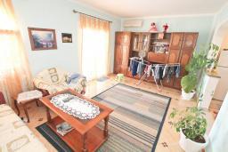 Гостиная. Продается трехэтажный дом в Тивате, Мрчевац. 220м2, 5 спален, 3 ванных комнат, участок 1500м2, 600м до моря. Цена - 1'700'000 Евро. в Мрчеваце