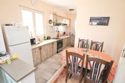 Кухня. Продается трехэтажный дом в Тивате, Мрчевац. 220м2, 5 спален, 3 ванных комнат, участок 1500м2, 600м до моря. Цена - 1'700'000 Евро. в Мрчеваце