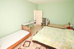 Спальня. Продается трехэтажный дом в Тивате, Мрчевац. 220м2, 5 спален, 3 ванных комнат, участок 1500м2, 600м до моря. Цена - 1'700'000 Евро. в Мрчеваце