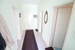 Коридор. Продается трехэтажный дом в Тивате, Мрчевац. 220м2, 5 спален, 3 ванных комнат, участок 1500м2, 600м до моря. Цена - 1'700'000 Евро. в Мрчеваце