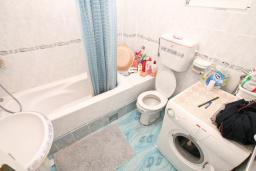 Ванная комната. Продается трехэтажный дом в Тивате, Мрчевац. 220м2, 5 спален, 3 ванных комнат, участок 1500м2, 600м до моря. Цена - 1'700'000 Евро. в Мрчеваце