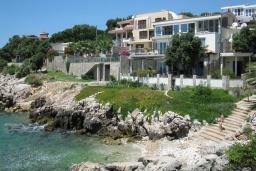 Ближайший пляж. Черногория, Утеха : Роскошная вилла на берегу моря, с бассейном, бильярдом, двумя гостиными, кухней-столовой, четырьмя отдельными спальнями, тремя ванными комнатами, гаражом.