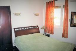 Спальня. Черногория, Утеха : Роскошная вилла на берегу моря, с бассейном, бильярдом, двумя гостиными, кухней-столовой, четырьмя отдельными спальнями, тремя ванными комнатами, гаражом.