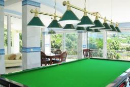 Развлечения и отдых на вилле. Черногория, Утеха : Роскошная вилла на берегу моря, с бассейном, бильярдом, двумя гостиными, кухней-столовой, четырьмя отдельными спальнями, тремя ванными комнатами, гаражом.
