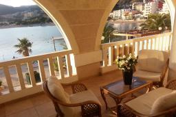 Балкон. Черногория, Рафаиловичи : Апартамент 2 спальни с балконом и шикарным видом на море на берегу в Рафаиловичах