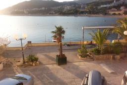 Вид на море. Черногория, Рафаиловичи : Апартамент 2 спальни с балконом и шикарным видом на море на берегу в Рафаиловичах