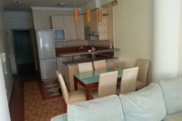 Гостиная. Черногория, Рафаиловичи : Апартамент 2 спальни с балконом и шикарным видом на море на берегу в Рафаиловичах