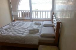 Спальня. Черногория, Рафаиловичи : Апартамент 2 спальни с балконом и шикарным видом на море на берегу в Рафаиловичах
