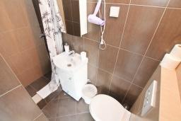 Ванная комната. Черногория, Рафаиловичи : Студия с балконом и частичным видом на море
