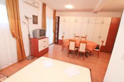 Студия (гостиная+кухня). Черногория, Петровац : Студия с кондиционером и телевизором