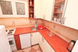 Кухня. Черногория, Петровац : Студия с кондиционером и телевизором
