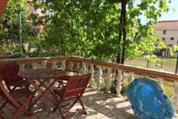 Терраса. Черногория, Бечичи : Апартамент с гостиной и отдельной спальней