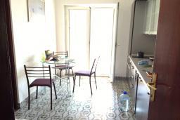 Кухня. Черногория, Бечичи : Апартамент с гостиной и отдельной спальней