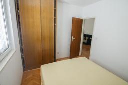 Спальня. Черногория, Будва : Апартамент с гостиной и тремя отдельными спальнями