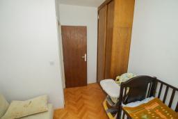 Спальня 2. Черногория, Будва : Апартамент с гостиной и тремя отдельными спальнями
