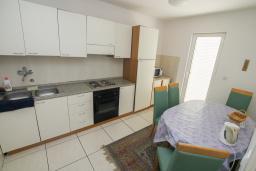 Кухня. Черногория, Будва : Апартамент с гостиной и тремя отдельными спальнями