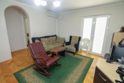 Гостиная. Черногория, Будва : Апартамент с гостиной и тремя отдельными спальнями